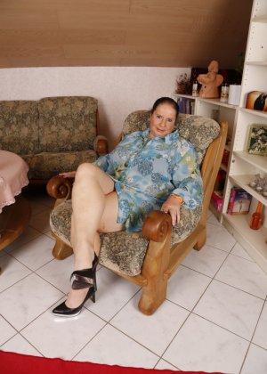 Огромные буфера этой зрелой женщины поразят кого угодно, тем более, когда их можно разглядеть так близко - фото 2