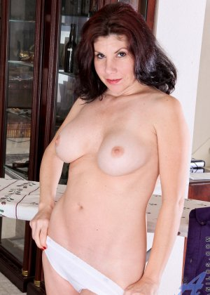 Грудастая жена с интимной стрижкой мастурбирует промежность перед камерой - фото 6