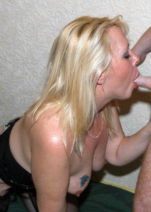 Все смотрим, как опытные телки принимают на рот у мужиков, которые по очереди подходят и суют свой член - фото 4