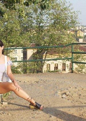 Тина обожает обнажаться на улицах города, в публичных местах, при этом шокируя прохожих своей откровенностью - фото 32