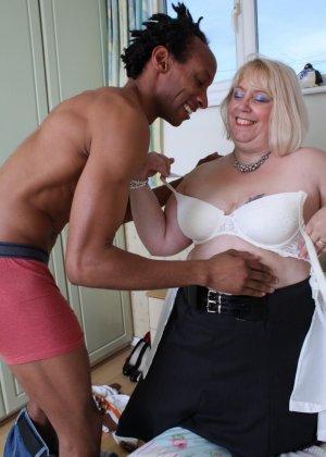 Горячая британская толстушка разрешает лапать себя молодому темнокожему мужчине и делать куни - фото 12