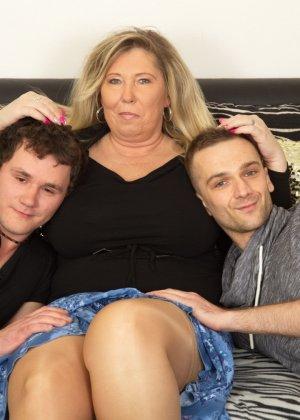 Зрелая женщина очень радуется вниманию двух молодых людей и показывает им свою огромную грудь - фото 4