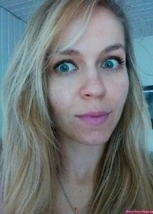 Милая блондинка знает, какую позу надо принять, чтобы выглядеть сексуально и возбудить мужчину - фото 39