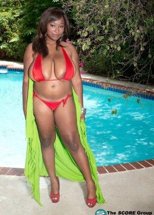 Мария Леоне – темнокожая пышечка, которая не прочь поделиться своими эффектными снимками со всеми - фото 12