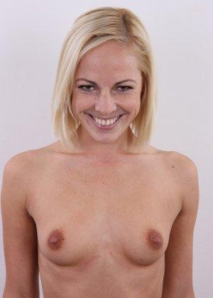 Улыбчивой блондинке приходится снять все, чтоб показать, что она достойна желаемой работы - фото 9