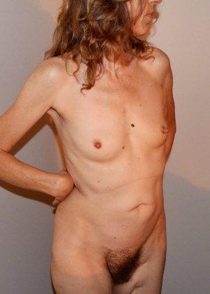 Женщина скрывает свое лицо, зато показывает наглядно, насколько маленькой бывает грудь - фото 12