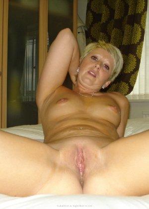 Опытная женщина знает, как привлечь мужчину, тем более ее хорошее тело позволяет хвастаться - фото 15