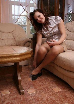 Девушка снимает туфли после тяжелого дня и показывает свои ножки в капроновых колготках - фото 37