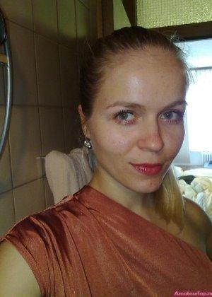 Милая блондинка знает, какую позу надо принять, чтобы выглядеть сексуально и возбудить мужчину - фото 31
