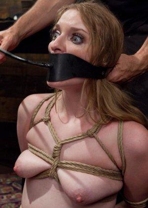 Ела Дарлинг с удовольствием принимает наказание от рук опытного Мики Мода и его ненасытного друга - фото 13- фото 13- фото 13
