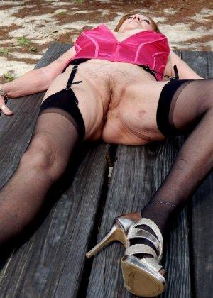Женщина в возрасте и пышном теле очень хочет секса, поэтому пользуется разными секс-игрушками - фото 11
