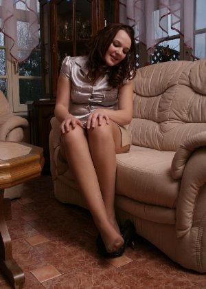 Девушка снимает туфли после тяжелого дня и показывает свои ножки в капроновых колготках - фото 63 - фото 63 - фото 63
