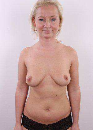 Голенькая пизденка с выпирающим клитором у невысокой блонды - фото 8