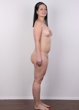 На очередном кастинге симпатичная девушка с пухлой задницей полностью разделась - фото 12