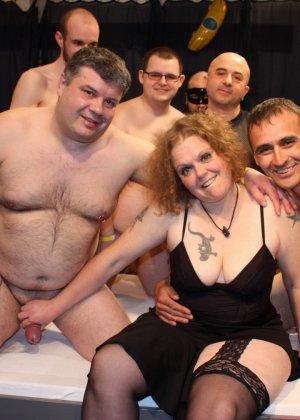 На одну толстую женщину накидываются сразу несколько самцов, и она торопится обслужить каждого - фото 3