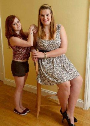 Девушки развлекаются, как могут, при этом обнажаясь перед камерой и показывая нежные стопочки - фото 33
