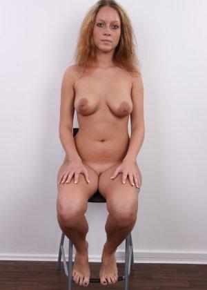 Сероглазая девчонка с гибкой талией позволяет снять на камеру все, даже голенькую киску - фото 15