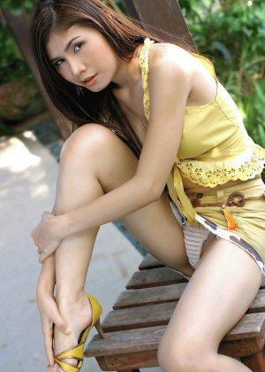 Сексапильная азиатка продолжает долбить вагину твердой игрушкой у себя во дворе - фото 6
