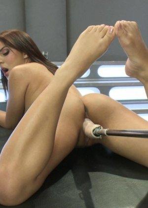 Лив Агилера перепробовала разные насадки на секс машинах и осталась вполне довольна мощными вибраторами - фото 7