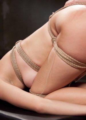 Горячая парочка решается на секс, применяя веревки, прищепки и не только - фото 15- фото 15- фото 15