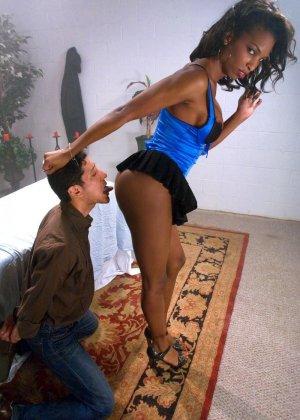 Массажист издевается с клиента, заставляя его сосать член и облизывать ноги, затем ебет его жопу - фото 3