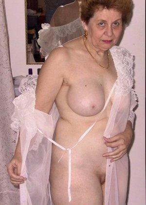 Пожилая женщина имеет еще приличные буфера и бритую киску, готовую к траху в любой момент - фото 5