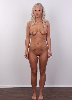 На чешском кастинге сексуальная телка снимает с себя все лишнее и остается обнажена - фото 12
