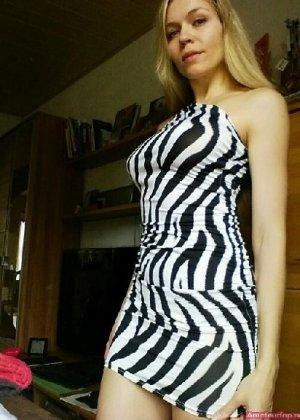 Милая блондинка знает, какую позу надо принять, чтобы выглядеть сексуально и возбудить мужчину - фото 2