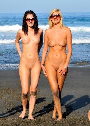Парочка занимается жарким сексом, при этом не стесняется съемки на камеру – их это даже возбуждает - фото 15