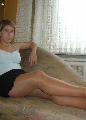 Миа Зиммер показывает свою грудь, но низ она не снимает, оставаясь в колготках и трусах - фото 3