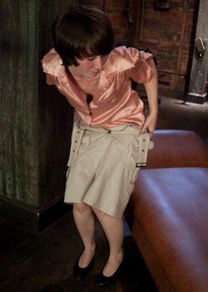 Муж подарил жене вечерний сеанс в закрытом клубе, где она смогла вдоволь потрахаться с секс машиной - фото 1
