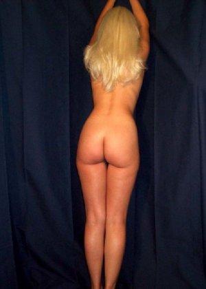 Молодая блондинка вся измазывается кремом и показывает себя со всех сторон без стеснения - фото 4