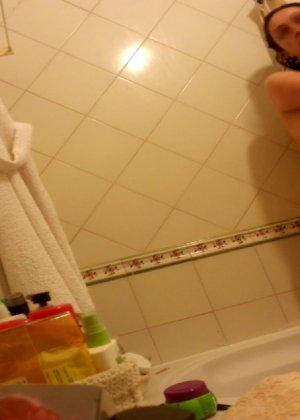 Джионни обладает пышной фигурой, которую она показывает, зайдя под струи горячего душа - фото 3