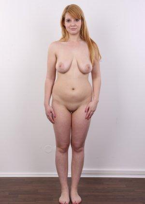 Рыжеволосая девушка оказывается не из стеснительных и показывает свое обнаженное тело - фото 12