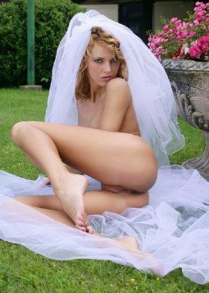 Девушка позирует в обнаженном виде, но использует для красоты длинную фату невесты - фото 14