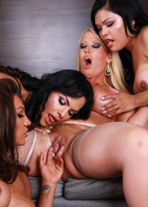 Сисястые телки трахаются с друзьями трансами после вечеринки для любителей экстремального траха - фото 16
