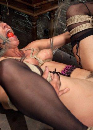Связанную девушку жестко имеют, а она не может сопротивляться и принимает любое обращение - фото 18