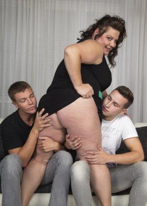 Два молодых парня старательно облизывают грудь одной пышной дамочки, но дальше прелюдия не заходит - фото 8