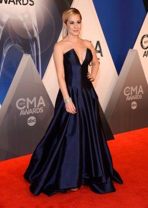 Келли Пиклер показывает себя на приеме в шикарном платье с глубоким вырезом в декольте - фото 9- фото 9- фото 9