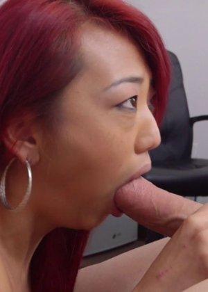 Мико Дэй – азиатка с яркими волосами, которая с удовольствием сосет, а потом подставляет пизду - фото 11