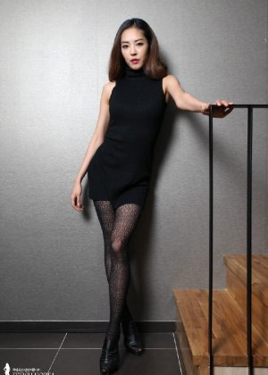 Азиатка постепенно освобождается от одежды и остается совсем обнажена, показывая стройное тело - фото 7
