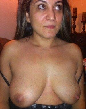 Кавказская женщина забывает о стеснении и показывает свое тело без одежды – для нее это необычно - фото 1