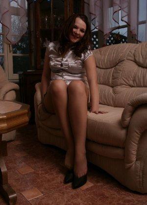 Девушка снимает туфли после тяжелого дня и показывает свои ножки в капроновых колготках - фото 51
