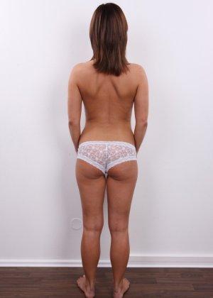 Развратница в белом сексуальном белье раздвигает себе пизду на камеру - фото 7