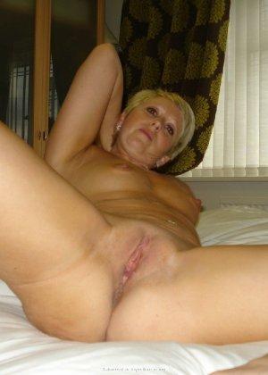 Опытная женщина знает, как привлечь мужчину, тем более ее хорошее тело позволяет хвастаться - фото 18