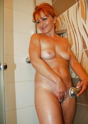 Зрелая женщина без стеснения раздевается и показывает свое тело, за которым она любит ухаживать - фото 9