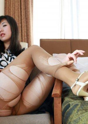 Кореянка специально для фетишистов разрывает на себе колготки и дразнит обнаженными частями тела - фото 12