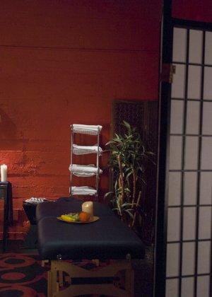 Саша Бэнкс и Джессика Фокс уединяются в массажном кабинете, где и выясняется, что одна из них – транс - фото 9