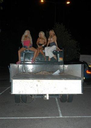 Сексуальные блондинки очень уверены в себе, поэтому не стесняются обнажаться на улице около машины - фото 11