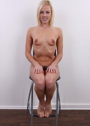 Улыбчивой блондинке приходится снять все, чтоб показать, что она достойна желаемой работы - фото 16
